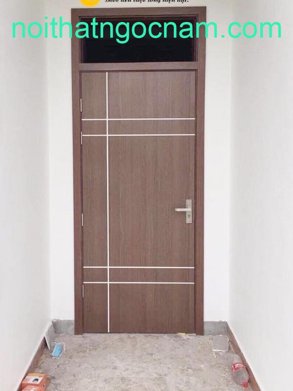 Mẫu cửa gỗ nhựa được thiết kế thêm nẹp chỉ nghệ thuật giúp cửa đỡ đơn điệu
