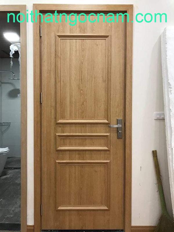 Mẫu cửa gỗ nhựa thêm nẹp chỉ nổi giống gỗ tự nhiên cổ điển