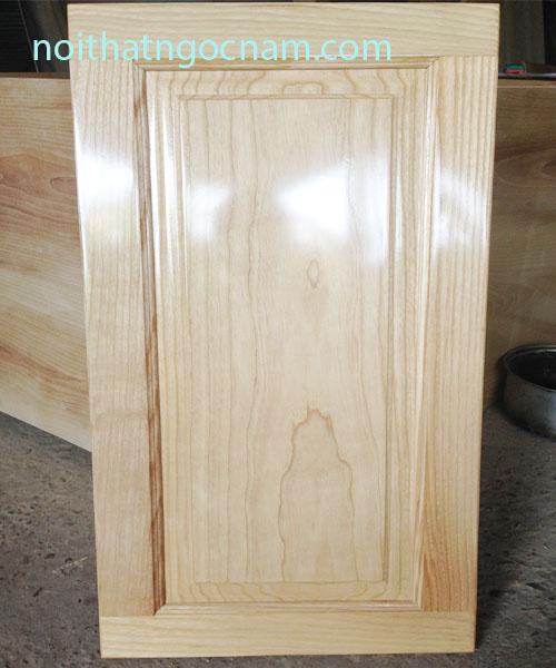 Cánh tủ bếp được làm bằng gỗ sồi nga tự nhiên sơn hoàn thiện sơn PU