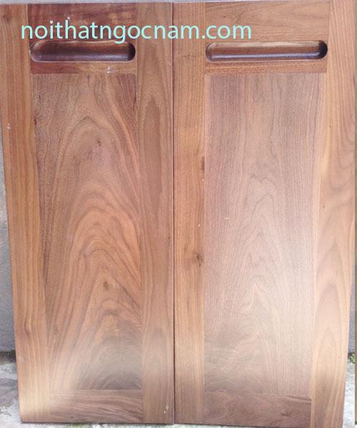 Cánh tủ bếp được làm bằng gỗ tự nhiên óc chó