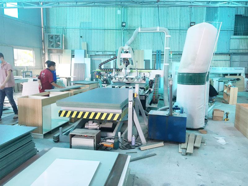 Trái tim của xưởng sản xuất tủ bếp chuyên nghiệp là hệ thống máy chế biến gỗ CNC trung tấm cắt pha tủ bếp tự động hiện đại nhất hiện này với 1 đầu cắt và 12 dao làm việc tự động. Thì đây là máy cnc có thể làm mọi việc khó mà các máy khác không thể làm được