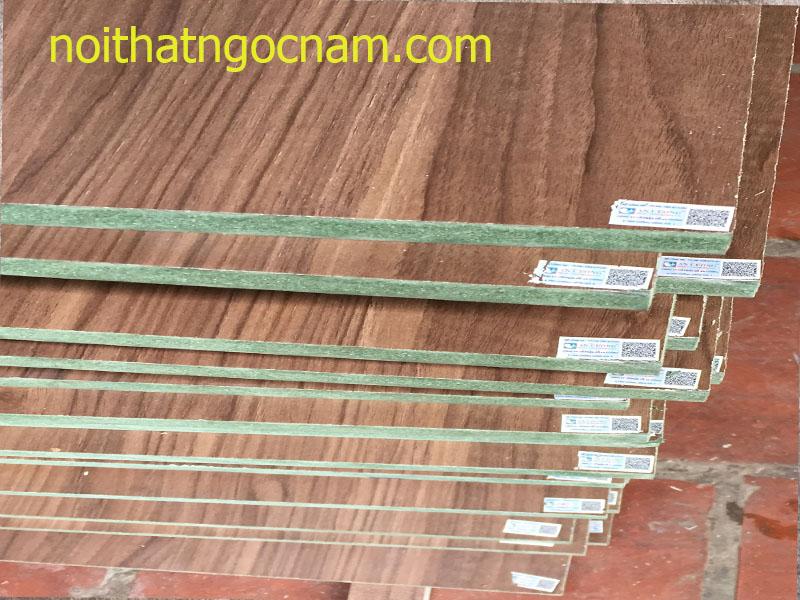 Toàn bộ thùng tủ được làm bằng gỗ công nghiệp MDF lõi xanh chống ẩm phủ dày 1,8cm phủ melamine