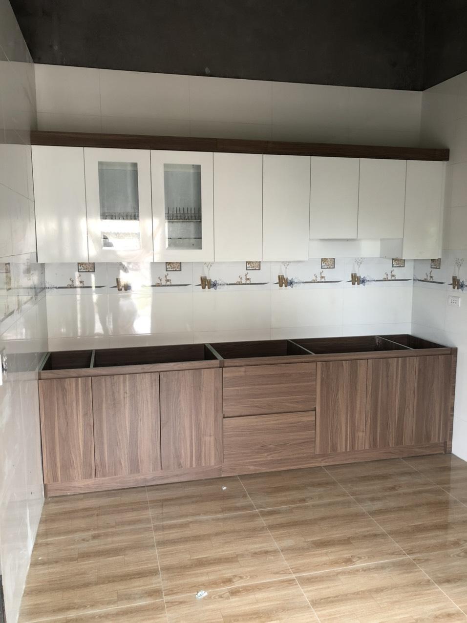 Mẫu tủ bếp melamine giá rẻ được thiết kế tủ dưới màu vân gỗ tủ bếp trên màu trắng