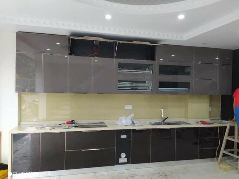 Mẫu tủ bếp inox cánh kính cường lực 01 được thiết kế hình chữ I thẳng dài với gam màu tối