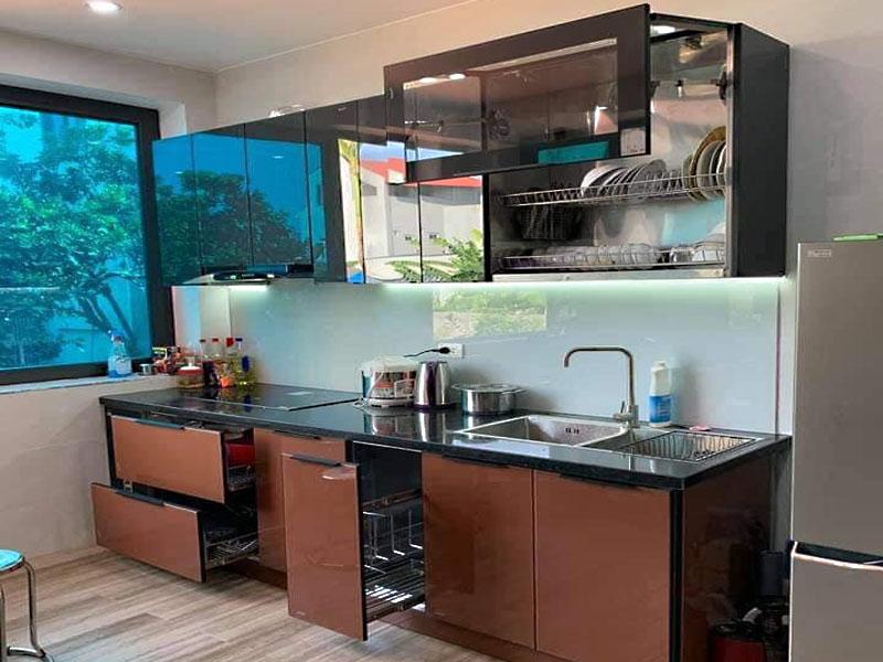 Mẫu tủ bếp inox cánh kính cường lực 01 được thiết kế hình chữ I thẳng dài với gam màu tối với chiều dài tối thiểu dành cho nhà chung cư
