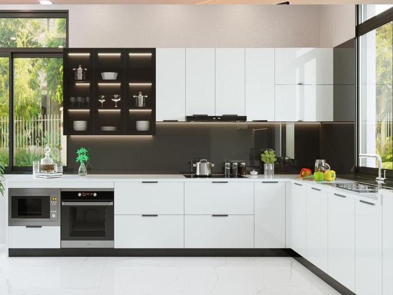 Mẫu tủ bếp inox cánh kính cường lực 01 được thiết kế hình chữ L với thiết kế tông màu sáng nổi bật