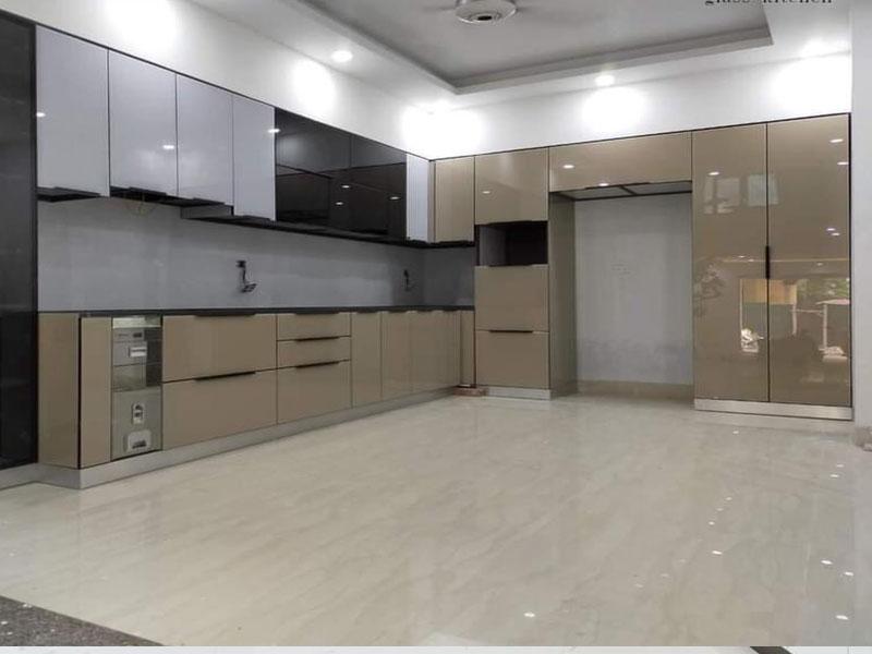 Mẫu tủ bếp inox cánh kính cường lực 01 được thiết kế hình chữ L với thiết kế tông màu sáng