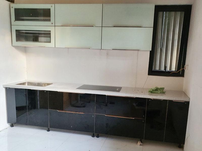 Mẫu tủ bếp inox cánh kính cường lực cao cấp hiện đại được nhiều người quan tâm sử dụng