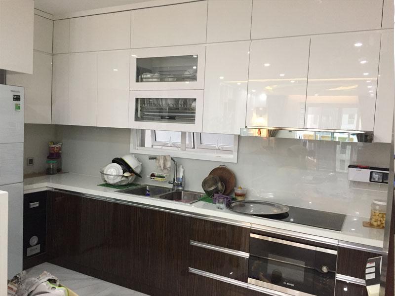 Mẫu tủ bếp sử dụng gỗ nhựa picomat cánh acrylic
