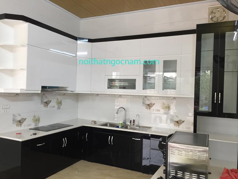 Thực tế lắp đặt tủ bếp nhựa Acrylic bóng gương cao cấp được thiết kế màu đen và màu trắng hiện đại
