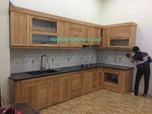 Mẫu tủ bếp gỗ tựu nhiên sử dung gỗ sồi nga được sơn hoàn thiện sơn PU cao cấp chống trầy xước